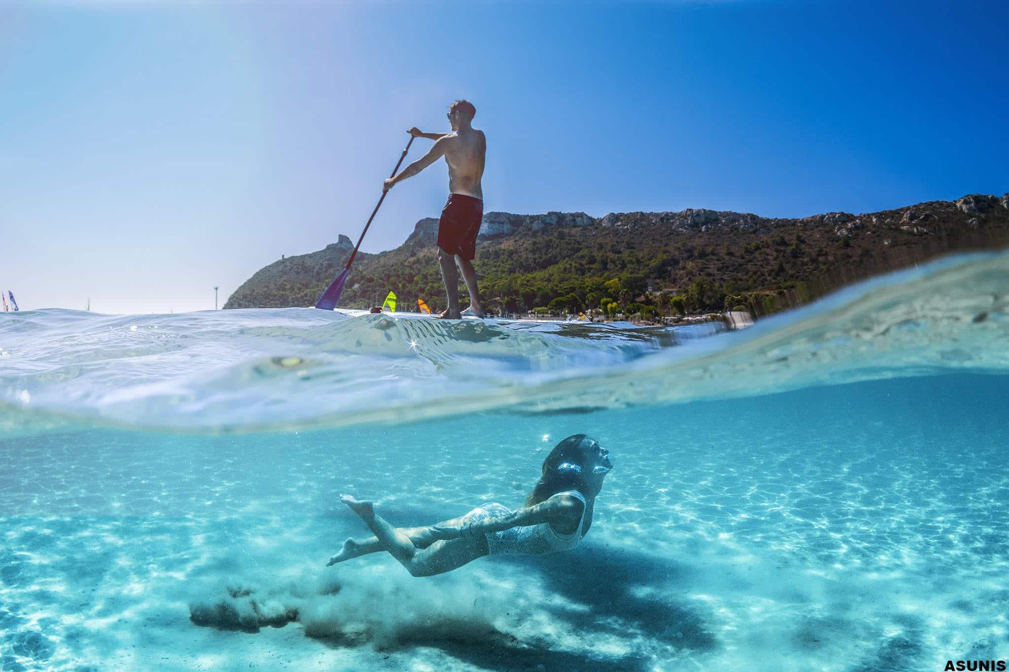 Ein Foto des Meeres von Sardinien über und unter dem Wasser