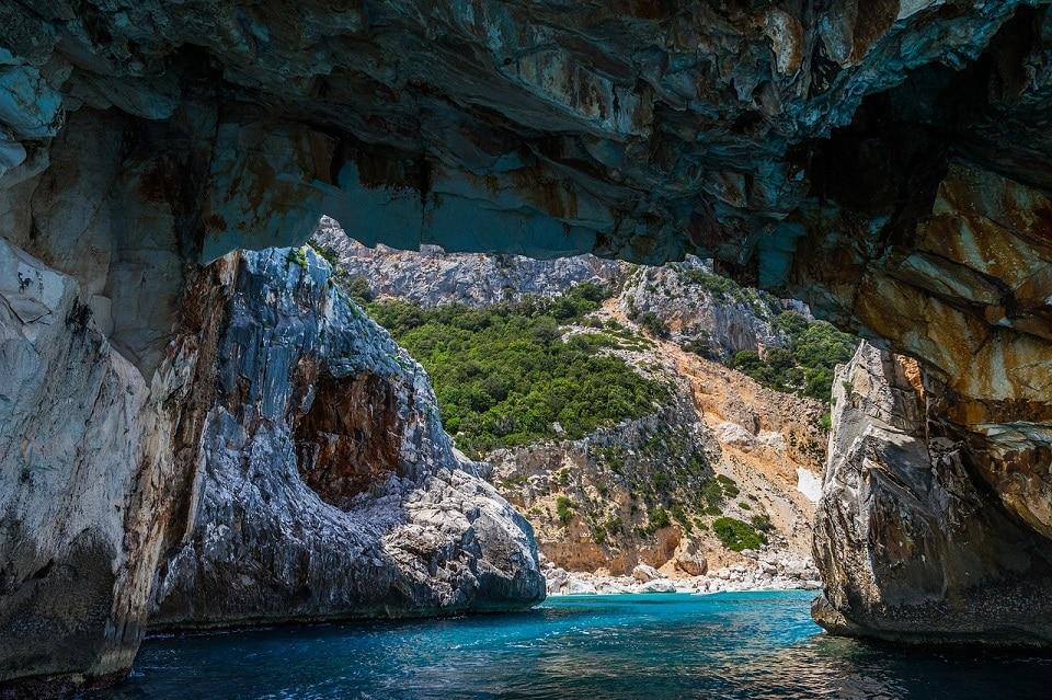 Das schöne sardische türkisfarbene Meer aus einer typischen Höhle