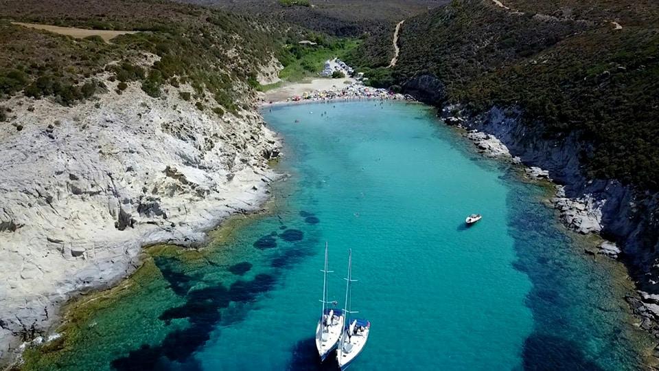 Der Strand von Cala lunga, eingebettet zwischen den Bergen mit dem einzigartigen kristallklaren Meer von Sardinien