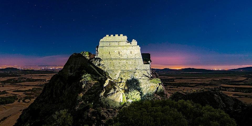 Nachtaufnahme des Schlosses von Acquafredda