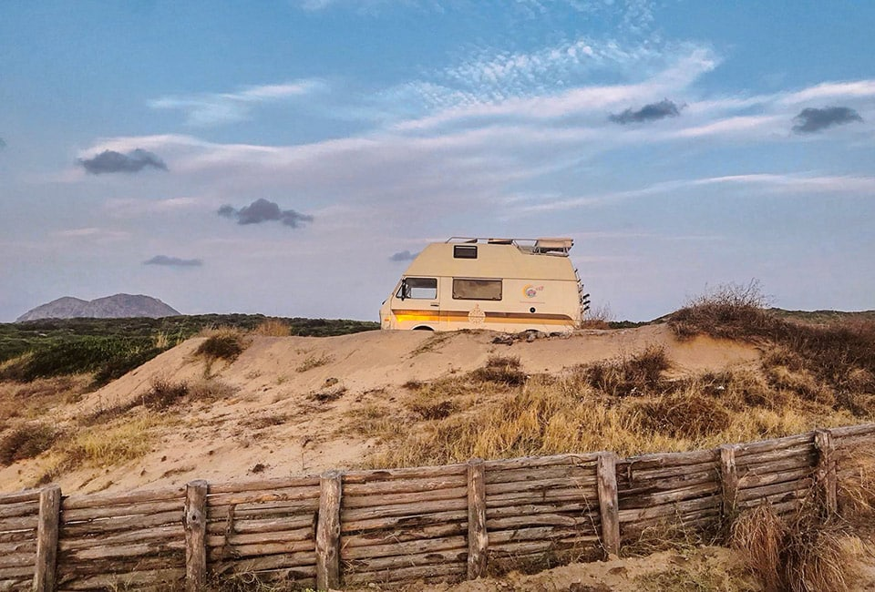 Das wunderbare und wilde Piscinas mit seinen hohen Dünen aus weißem Sand