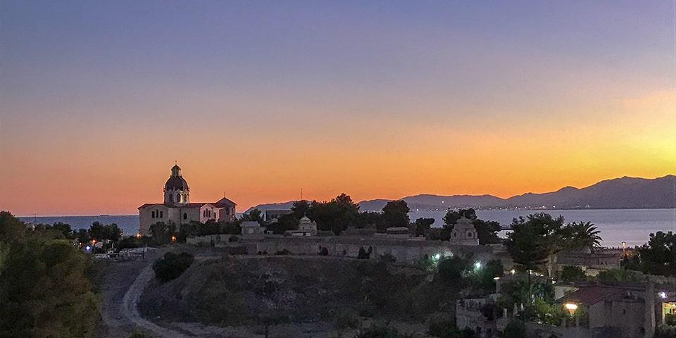 Sonnenuntergang im schönen Cagliari, umgeben vom Meer