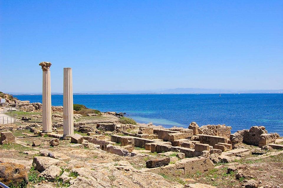 Die Säulen der archäologischen Stätte Tharros mit dem wunderschönen sardinischen Meer im Hintergrund