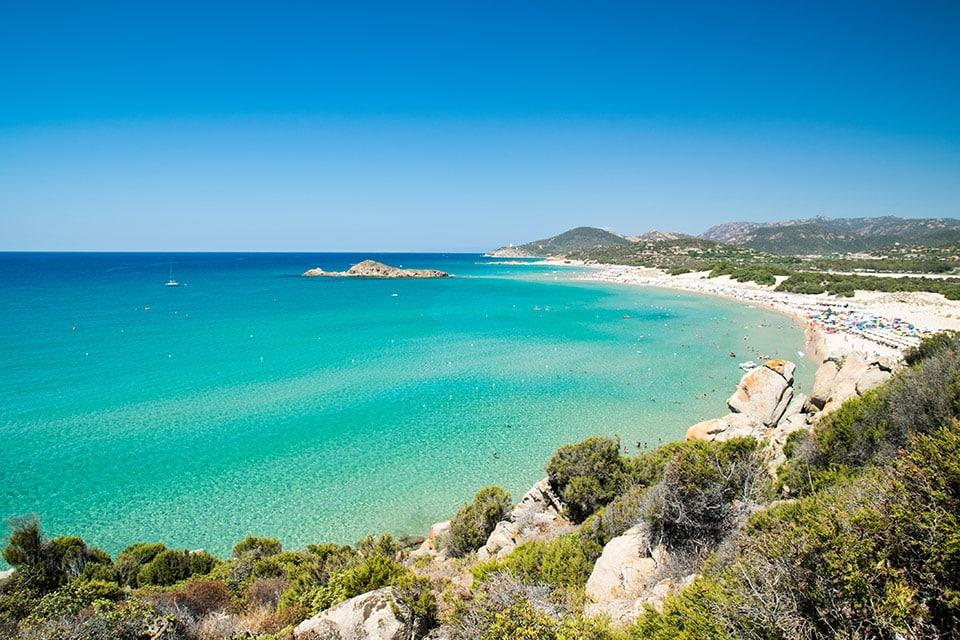Der Strand Su Giudeu mit seiner charakteristischen Insel, die bei Ebbe zu Fuß erreichbar ist
