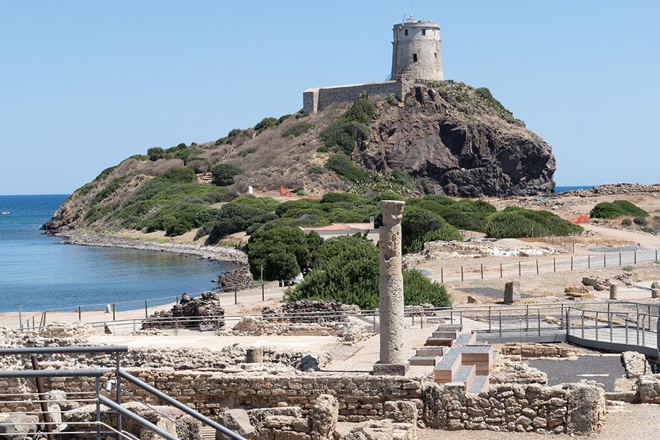 Die archäologische Stätte von Nora schmiegt sich in ihre bezaubernde Bucht