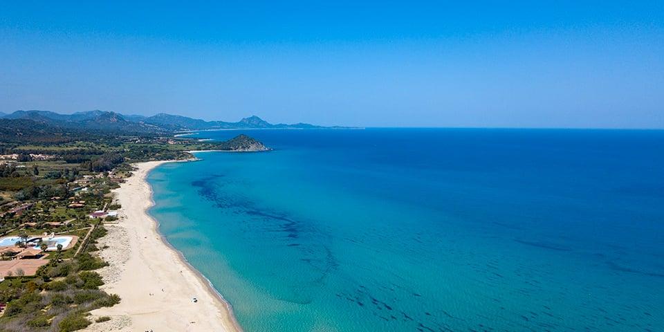 Luftaufnahme eines Strandes in der Costa Rei Region